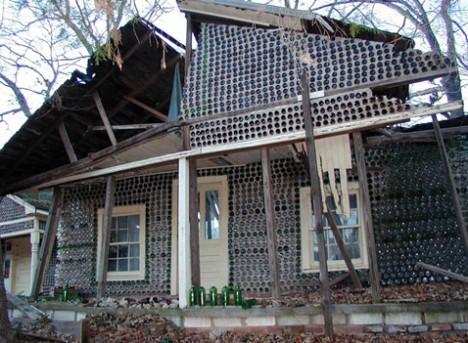 Бутылочный дом Чарли Йелтона (Charlie Yelton), 1971 год, Форест Сити (Forest City), Северная Каролина. На строительство ушло 4 года и 12 тысяч бутылок из-под пива (самых обычных), виски, прохладительных напитков, молока и лекарств. Причём Йелтон, помимо основного дома, возвёл из бутылок небольшой домик рядом и небольшую беседку