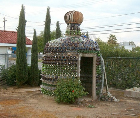 Дом из бутылок в городе Султана (Sultana, Калифорния)