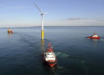 Ученые всего мира уверены, что на этой неделе немецкая Simenens и слишком норвежская Statoil Hydro установили первую партию уникальных плавающих ветряных турбин, скопом каким предстоит генерировать электричество за счет энергии ветра, дующего в океане. Сейчас установленные турбины подвизаются в тестовом режиме, следующие два года в Норвегии будут исследовать работу ветровых установок в море, после чего приступят к масштабному развертыванию ветряков.