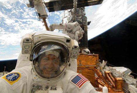 """Астронавты шаттла """"Атлантис"""" завершили пятый и последний выход в открытый космос для починки телескопа """"Хаббл""""."""