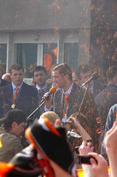 Дарио Срна - капитан последнего обладателя Кубка УЕФА - встреча после приземления в Донецке