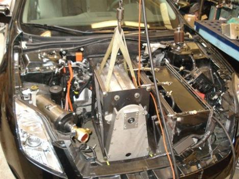 Монтаж электромотора и редуктора с дифференциалом под капот авто (фото MIT's Electric Vehicle Team).